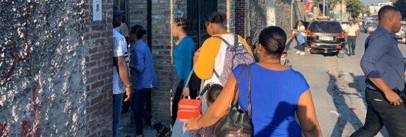 Los Estudiantes Regresan a la Escuela sin Uniforme